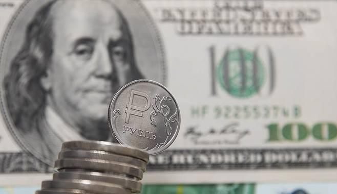 Центробанк повысил официальные курсы евро и доллара